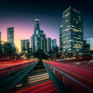 Fotografía matutina del centro de Los Ángeles, con sus rascacielos y su tráfico